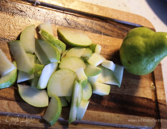 Салат с руколой, пармезаном, грушей и кедровыми орешками