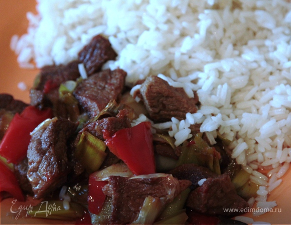 Мясо с луком пореем под соевым соусом