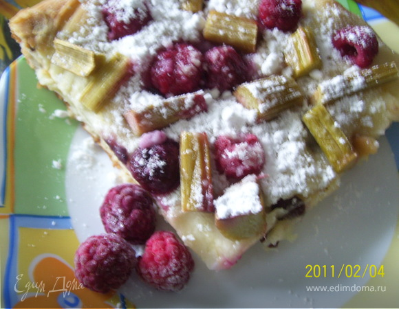 Сдобный пирог с ревенем и малиной