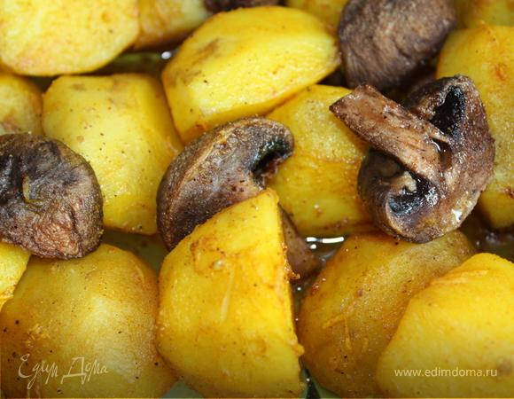 Картофель, запеченный с грибами и салат из слабосоленой сельди