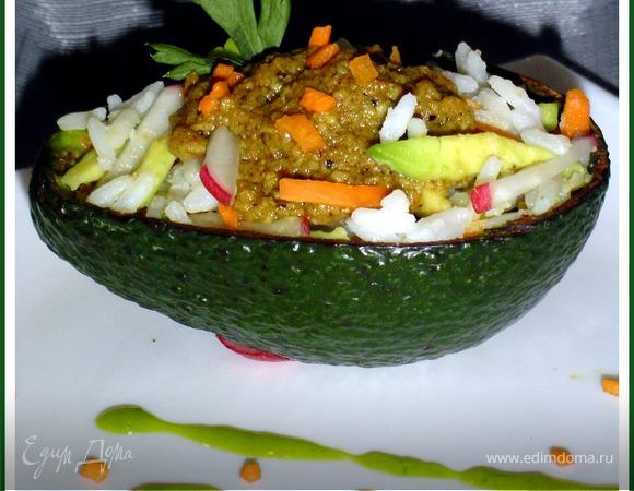 Рисово-овощной салат с соусом из авокадо