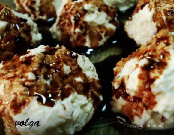 Орехово-творожные шарики с шоколадным соусом
