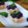Корзинки с йогуртовым кремом и ежевикой