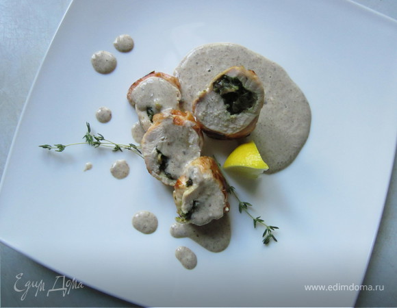 Рулеты из куриных грудок со шпинатной начинкой и грибным соусом (обед во французском стиле № 2)