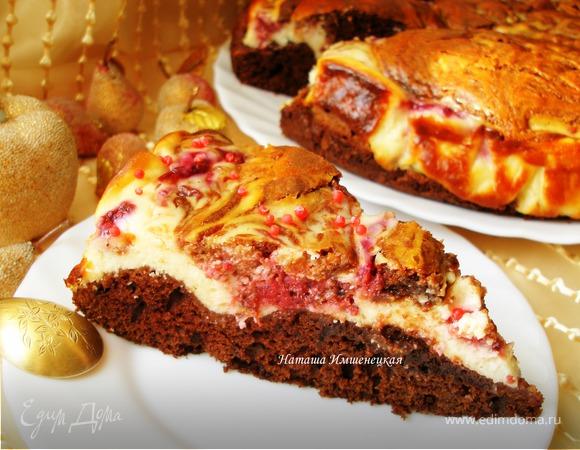 Шоколадный пирог с творогом и малиной
