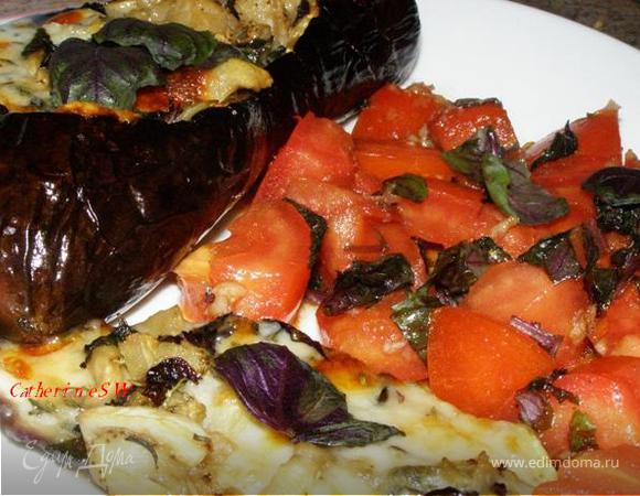 Баклажан, фаршированный сыром, с гарниром из помидоров