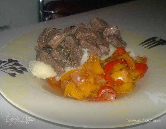 Картофельное пюре + чатни из сладких перцев и ароматная мраморная говядина.