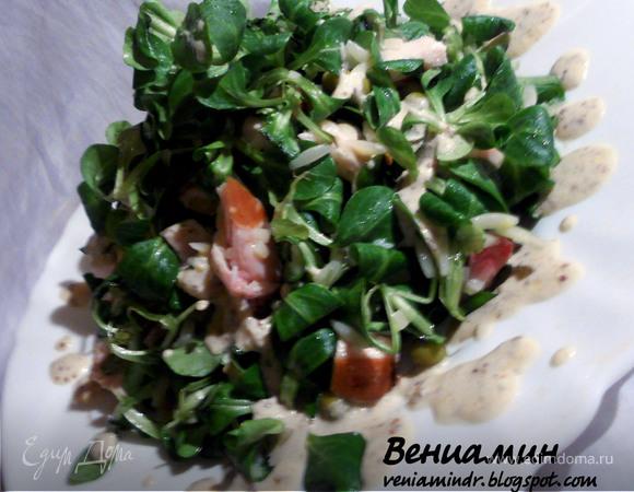 Салат с орзо, копченой курицей и зеленым горошком