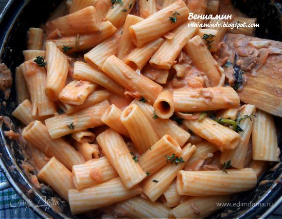 Паста с тунцом, базиликом и томатно-сливочным соусом