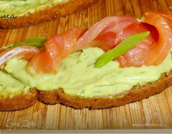 Бутерброды с малосольной семгой и авокадо.