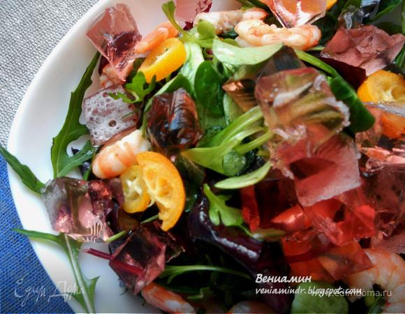 Салат с креветками, кумкватами и желе из розового игристого вина