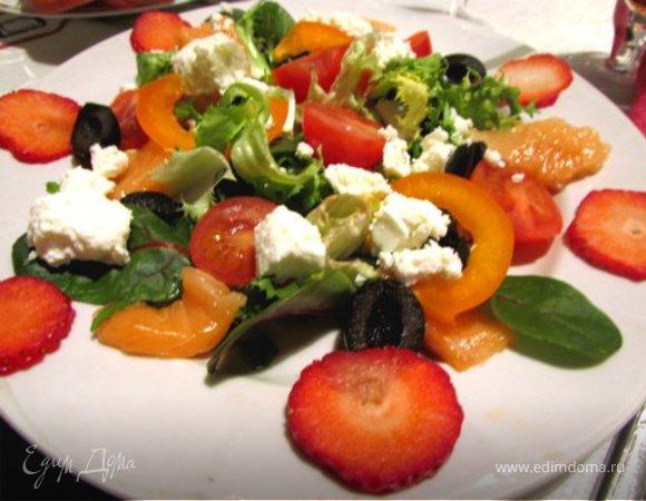 Салат с семгой и клубникой с заправкой из меда, коньяка и сока грейпфрута