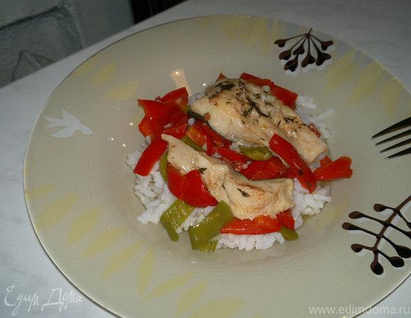 Кефаль тушеная с перцами и белым рисом