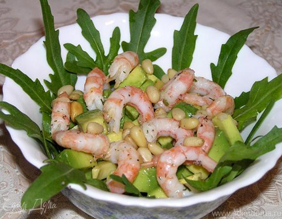 Салат с руколой, креветками и авокадо