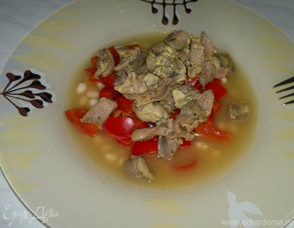 Похлебка с куриными желудками и бедром индейки со сладким перцем