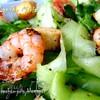 Зеленый салат с креветками и крутонами в итальянском стиле