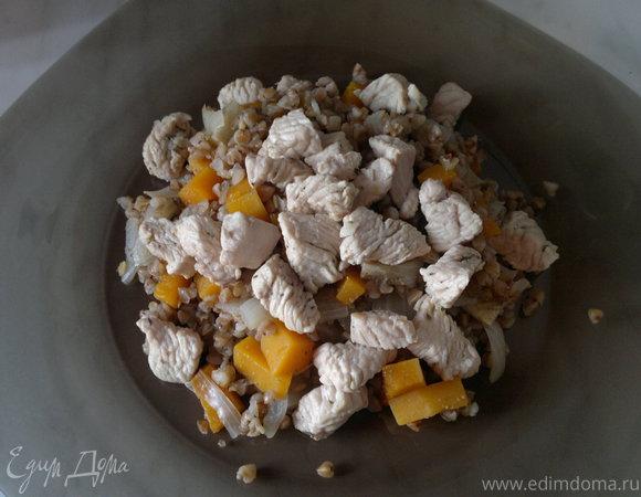 Гречневая каша с тыквой, луком, имбирем и грудка индейки
