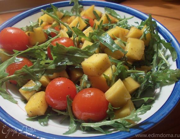Салат из руколы, томатов черри и манго