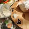 Тёплая закуска с адыгейским сыром, помидором и соусом песто