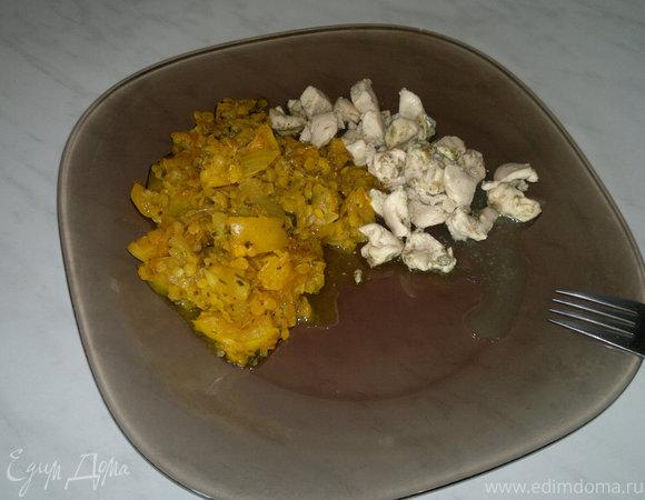 Чечевица с восточными специями, овощами и тушеная куриная грудка