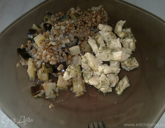 Куриные грудки с шалфеем и гречка с сельдеерем и баклажаном