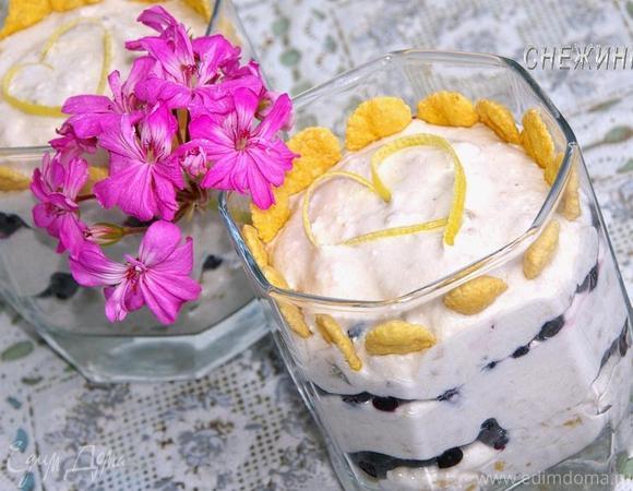 Творожно-банановый десерт с черникой и кукурузными хлопьями