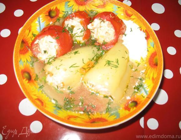 Перец и помидоры, фаршированные курицей с овощами