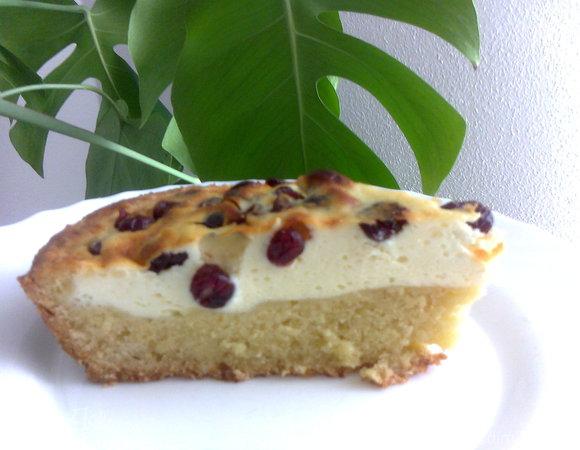 Пирог с творожным кремом и брусникой