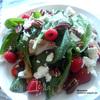 Салат с курицей, ягодами, пеканом и козьим сыром