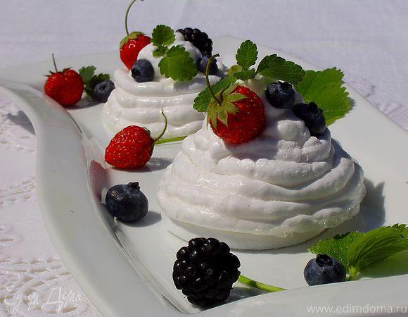 Меренги под сливочно-ягодной шапочкой