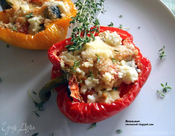 Запеченный сладкий перец, фаршированный помидорами черри, оливками и фетой