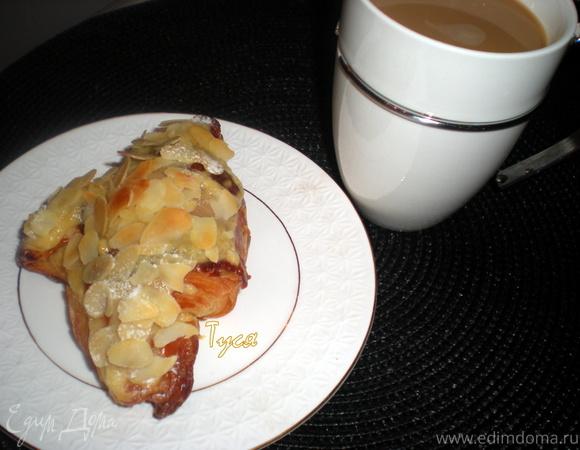 Круассаны - пирожные с кондитерским кремом и лепестками миндаля