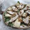 Салат с винными грушами, курицей и сыром бри