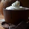 Кокосово-ванильный горячий шоколад со взбитыми сливками