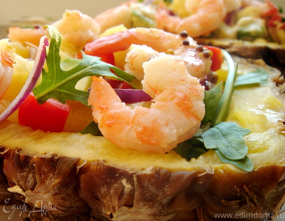 Тропический салат с креветками в ананасе