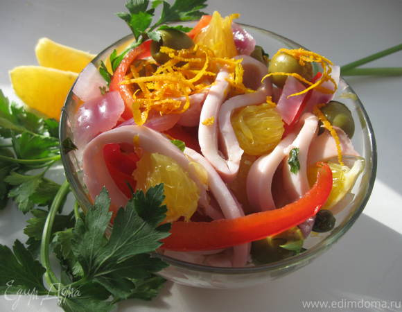 Салат из маринованных кальмаров с красным перцем и апельсином