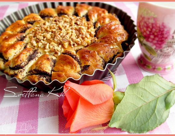 Дрожжевой пирог с шоколадной пастой, маком и орехами