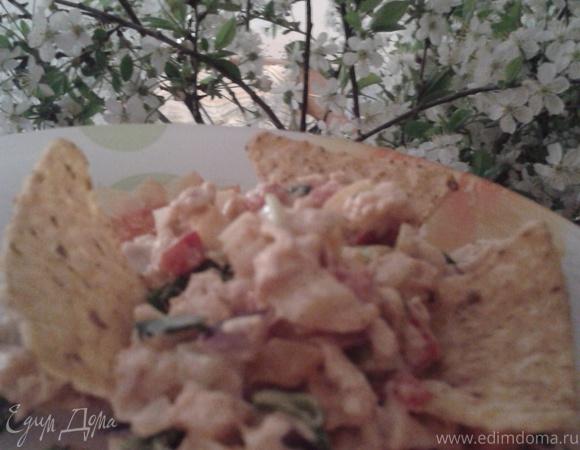 Салат с чипсами начос