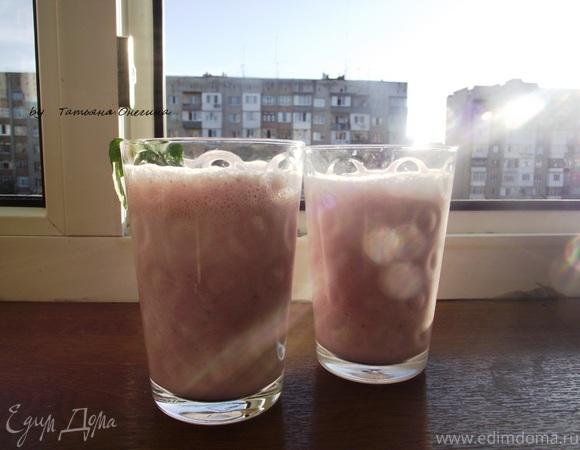 Клубничный молочный коктейль с мятой – милкшейк