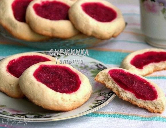 Бисквитное печенье с клюквенной начинкой