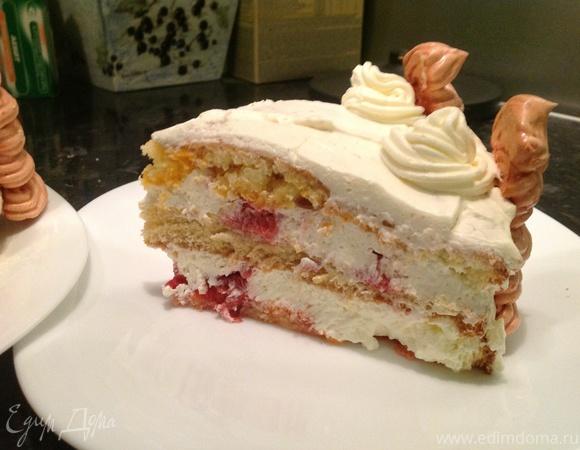 Торт с безе и лепестками роз