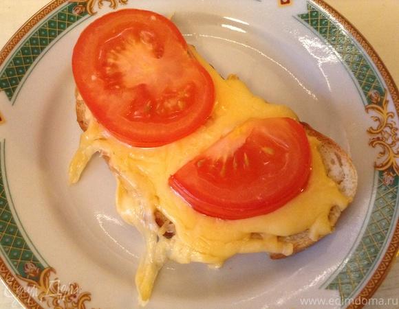 Горячие бутерброды с сыром, помидорами и чесноком