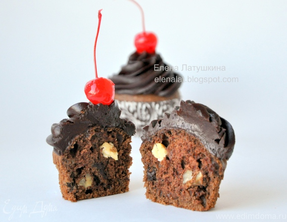 Шоколадные капкейки с грецким орехом с кусочками шоколада