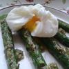 Спаржа с яйцом-пашот и соусом песто