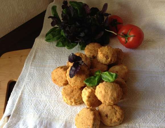 Печенье с вялеными помидорами и базиликом