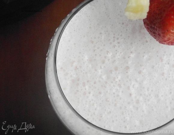 Бананово-клубничный молочный коктейль