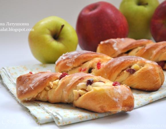 Яблочные спиральки с вяленой вишней и клюквой