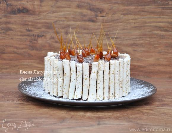 Миндальный торт с шоколадным муссом, безе и карамелью