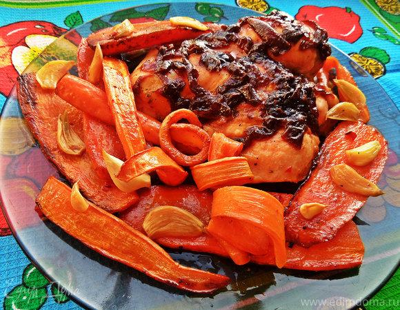 Курица под луковым конфитюром и морковкой