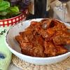 Томленые говяжьи ребрышки с томатно-овощным соусом
